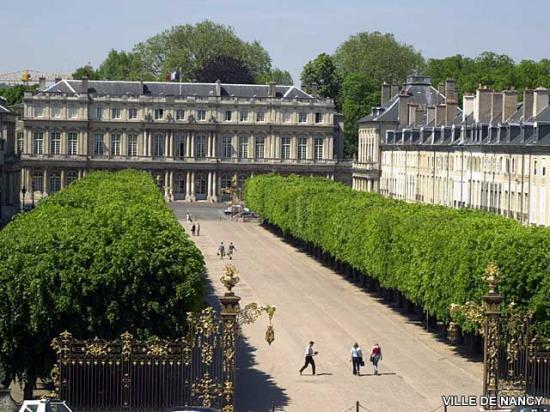 Le Palais du Gouveneur et la place de la Carrière