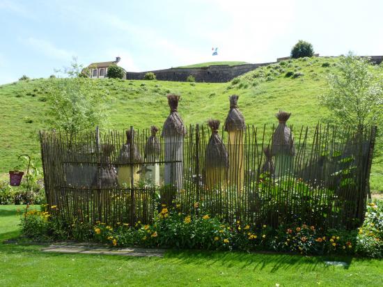 La citadelle se dresse derrière le jardin