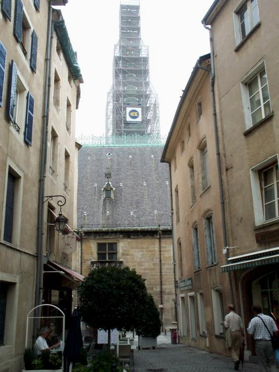 Rue donnant sur le palais ducal