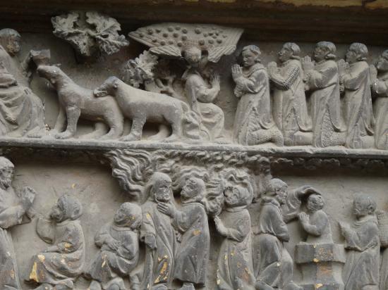 Tympan sculpté datant de 1308