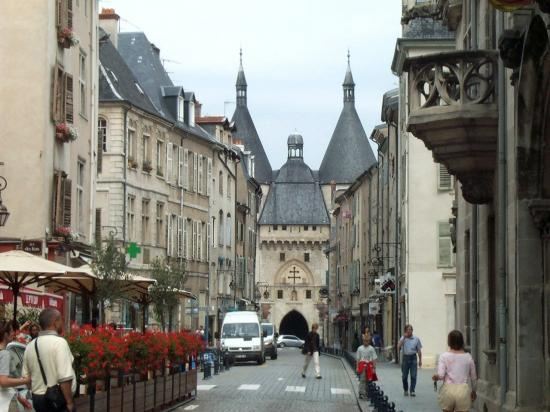 La Grand'Rue avec au fond la Porte de la Craffe
