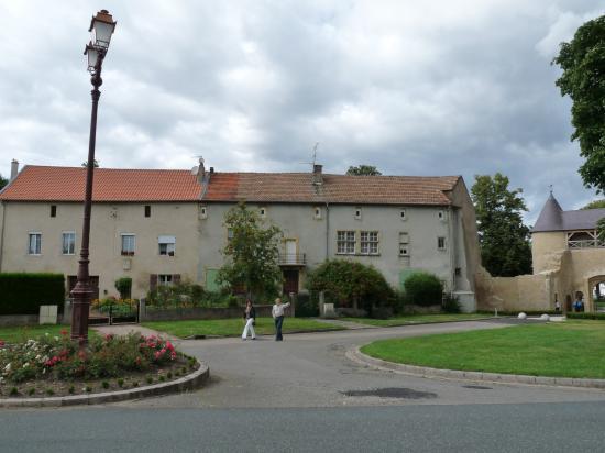 Vieilles maisons adossées au château