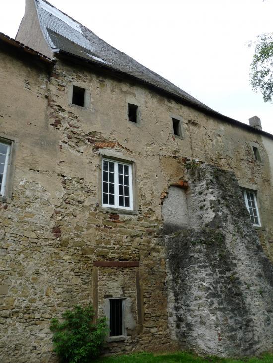De puissants contreforts retiennent les murs épais