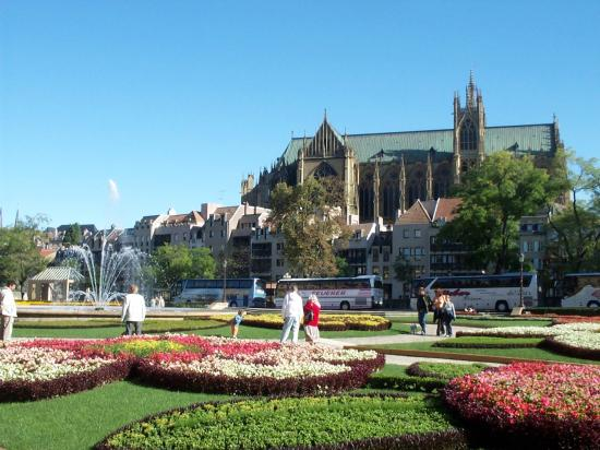 La cathédrale vue depuis la place de la Comédie